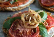 Karfiolová raw pizza s paradajkovo-bazalkovou omáčkou a syrovou omáčkou z píniových orieškov 3