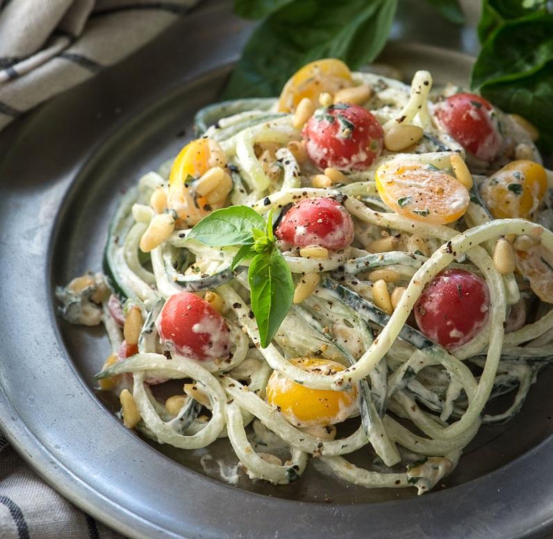 Uhorkové raw rezance s vegánskou bazalkovou smotanovou omáčkou, paradajkami a píniovými orieškami 3