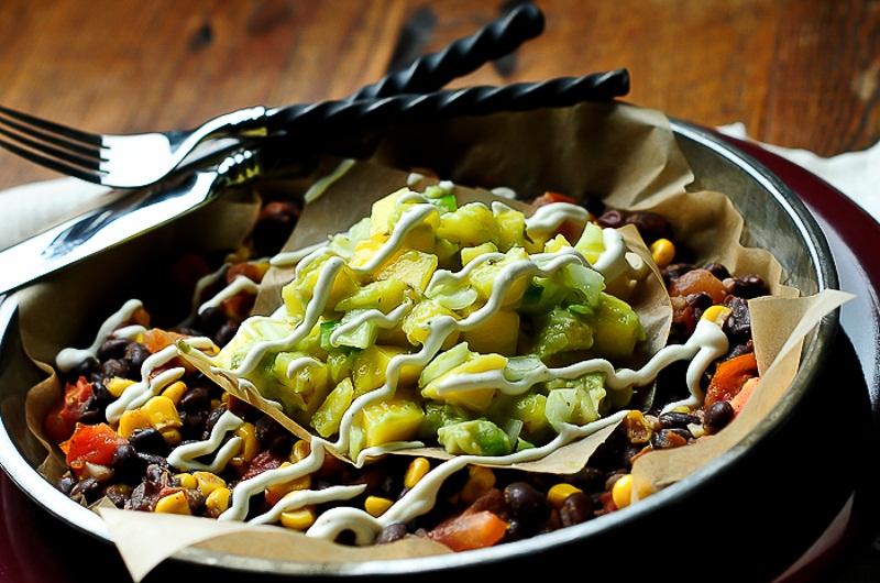 Čierna raw fazuľa s mango salsou a limetkovým krémom