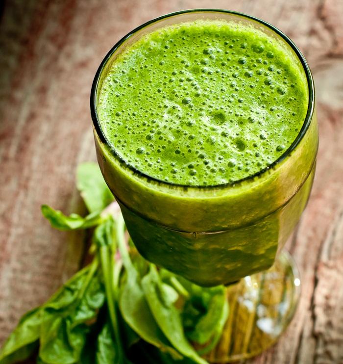 Ľadový banánovo-ananásový zelený raw drink
