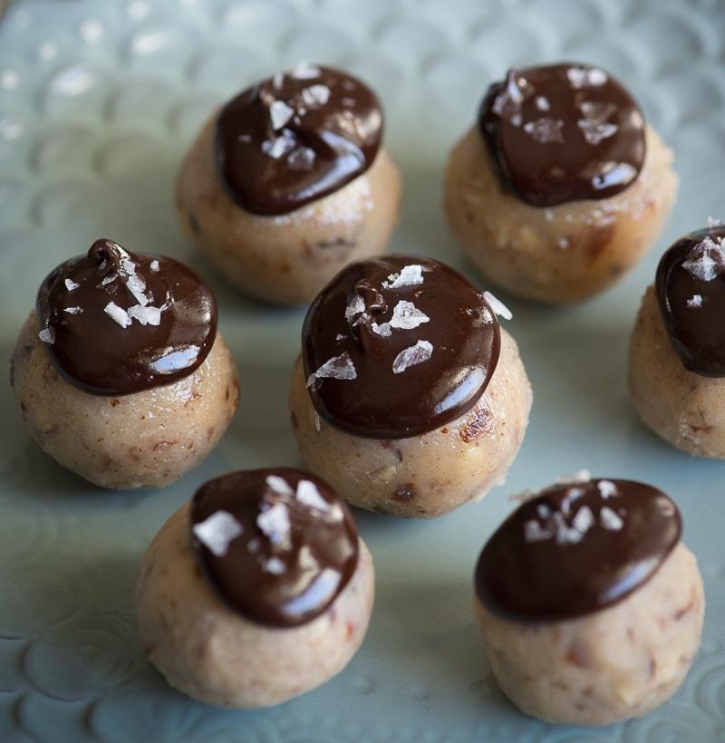 Raw pralinky z lieskových orechov v čokoládovej Ganache poleve