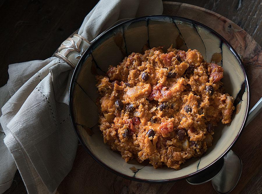 Quinoa so sladkými zemiakmi a čiernou fazuľou